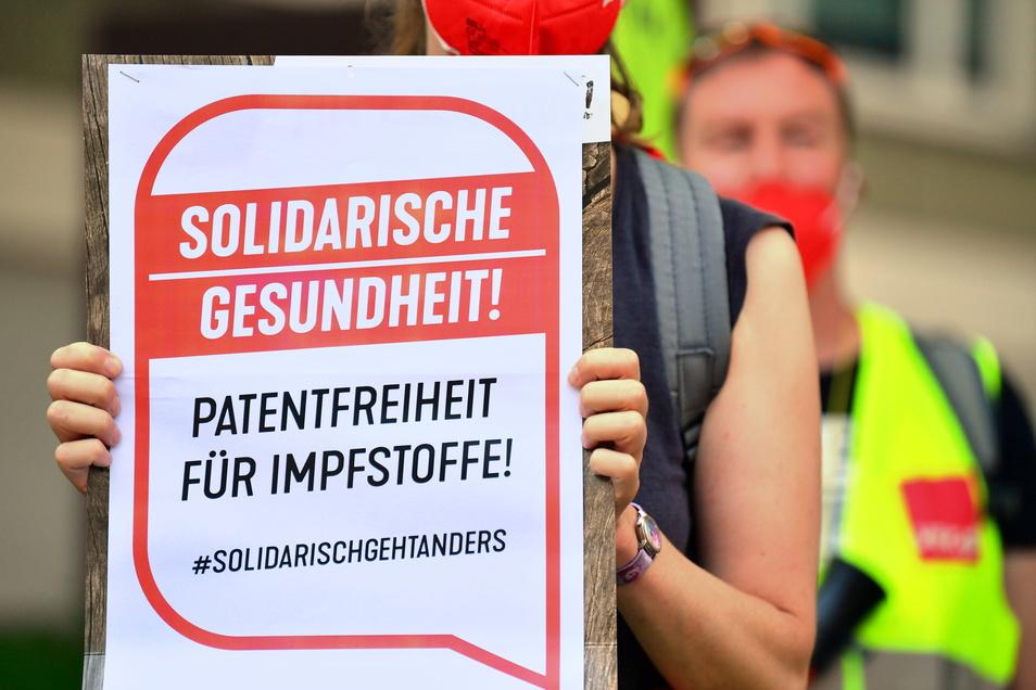 """Beschäftigte aus Krankenhäusern, Pflege- und anderen Gesundheitseinrichtungen protestieren vor dem Thüringer Ministerium für Arbeit, Soziales, Gesundheit, Frauen und Familie, eine Frau trägt ein Plakat mit der Aufschrift """"Solidarische Gesundheit! Patentfr"""