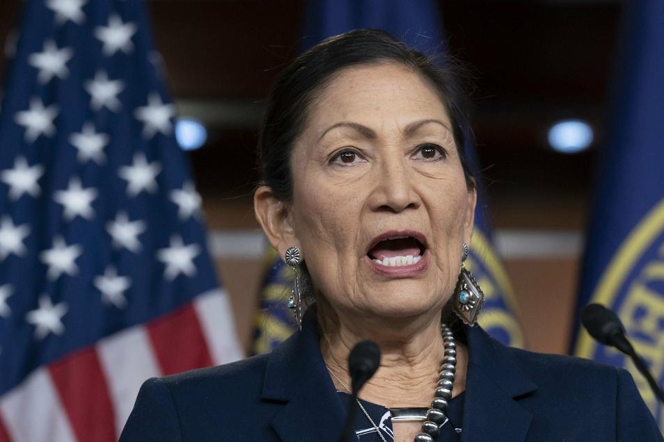 Der angehende Präsident Biden hat erstmals eine amerikanische Ureinwohnerin für einen Ministerposten nominiert. Die Abgeordnete Deb Haaland soll Innenministerin werden.