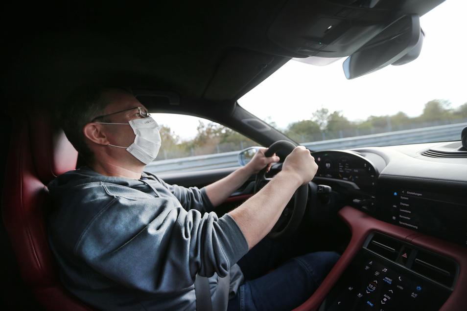 Katapultstart: Nach weniger als zehn Sekunden ist der Wagen 200 km/h schnell – und SZ-Redakteur Andreas Rentsch bekommt schwitzige Hände.