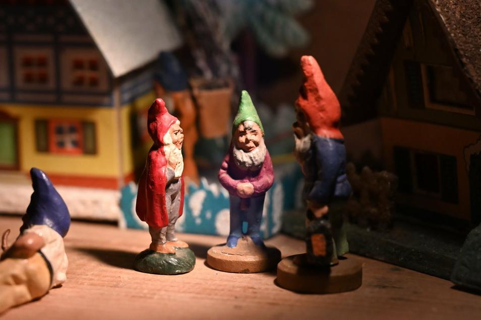 Zwerge mit Lichterhäusern im Landschloss Zuschendorf. Die Figuren wurden in der Firma Max Seidler in Seiffen gefertigt.