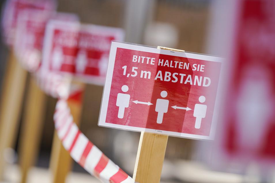 Der Abstand von mindestens anderthalb Metern zwischen Personen von verschiedenen Haushalten bleibt weiterhin in ganz Sachsen Pflicht.