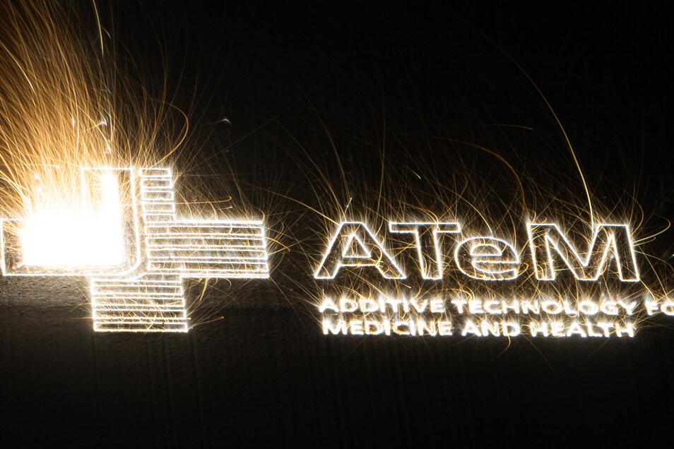 Das Logo des neuen Zentrums Atem wird hier soeben in 3-D gedruckt. Die Langzeitbelichtung zeigt das Aufschmelzen des Materials.