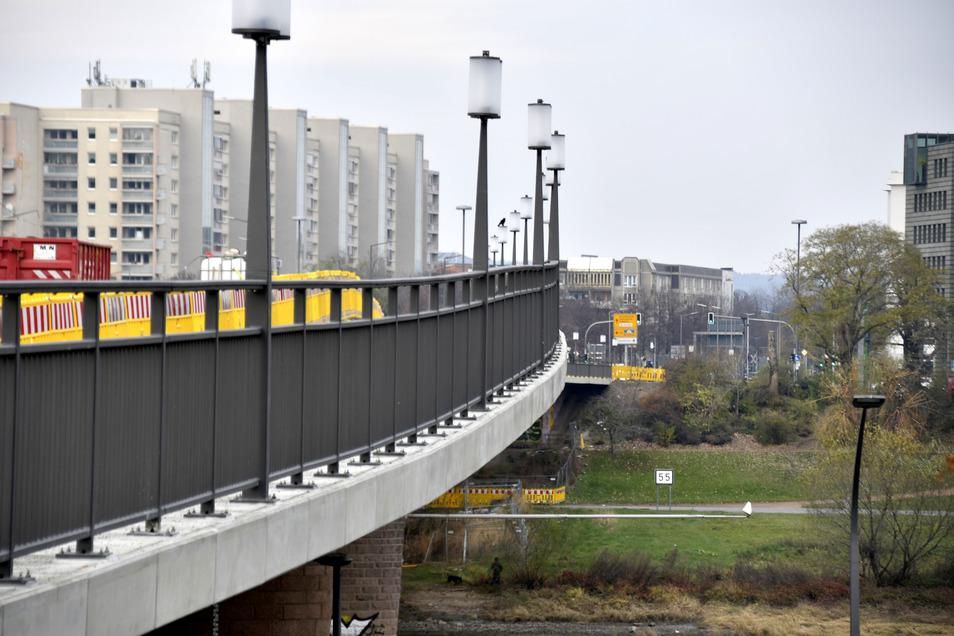 Die neuen Brückengeländer haben mit zwölf Zentimetern engere Abstände zwischen den Geländersprossen als die alten.