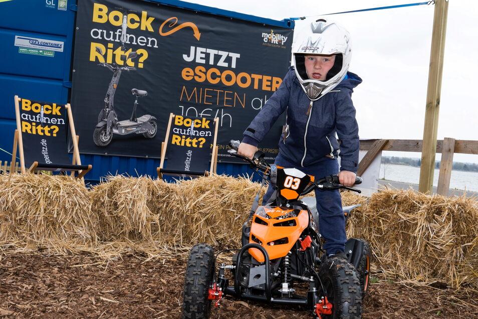 Max Szuminski, der Sohn eines Mitarbeiters vom Görlitzer E-Mobility Center testet schon mal die Kinderquads am Nordstrand.