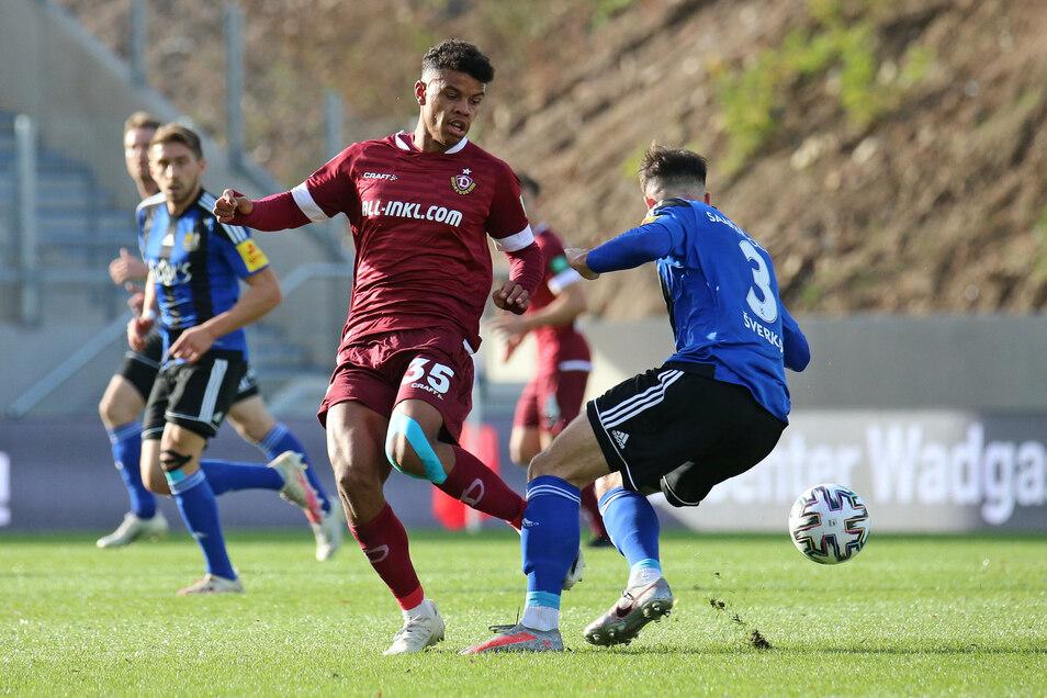 Es ist ein umkämpftes Spiel zwischen Dynamo und Saarbrücken. IRansford-Yeboah Königsdörffer (l.) zieht hier gegen Marvin Serverko den Kürzeren.
