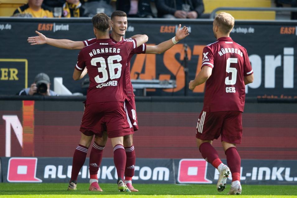 Nürnbergs Tom Krauß (M) jubelt nach seinem Tor zum 0:1 mit Lukas Schleimer (l) und Johannes Geis.