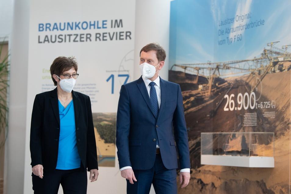 """Sachsens Ministerpräsident Michael Kretschmer (CDU) geht mit Annegret Kramp-Karrenbauer (CDU) in das Kraftwerk Boxberg. Für die Koordination des Projektes soll eine """"Task Force"""" am Ministerium für Regionalentwicklung eingerichtet werden."""