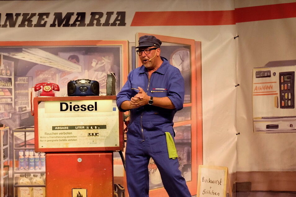 Auf der Bühne des Augusto Sommergartens wird Thomas Böttcher zu Tankwart Klaus.