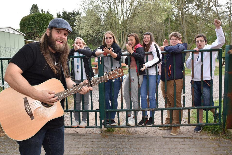 "Willi Papperitz alias Whysker singt am Zaun des Kinderheims ""Burgwartsblick"" in Freital."