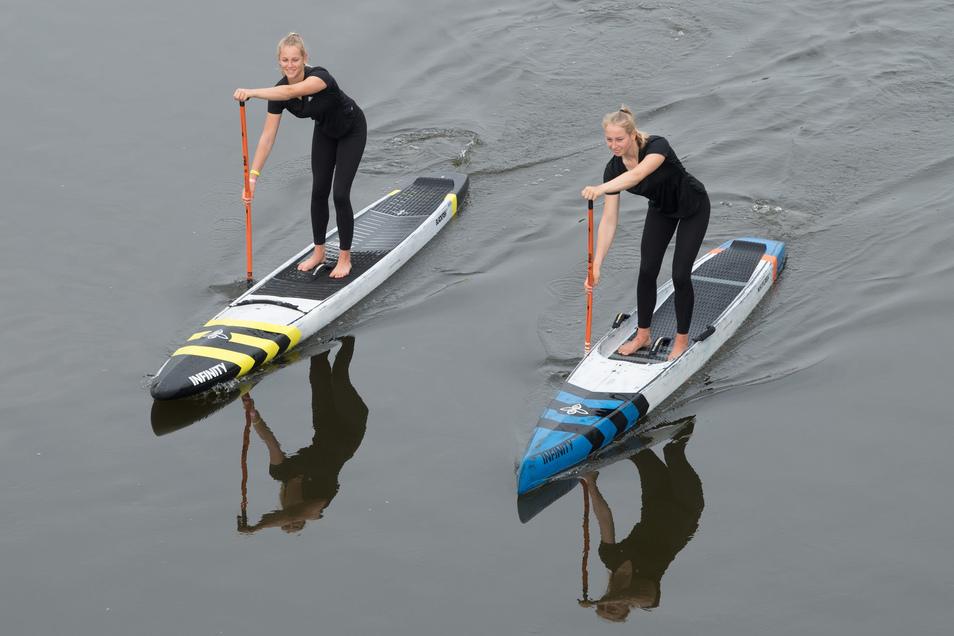 Auf der Elbe trainieren die Stand-up-Paddlerinnen Finja (links) und Hannah Krah oft gemeinsam.