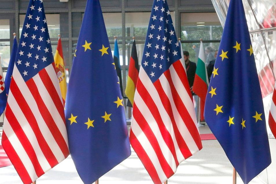 EU-Flaggen und amerikanische Fahnen sind im EU-Hauptquartier zu sehen.