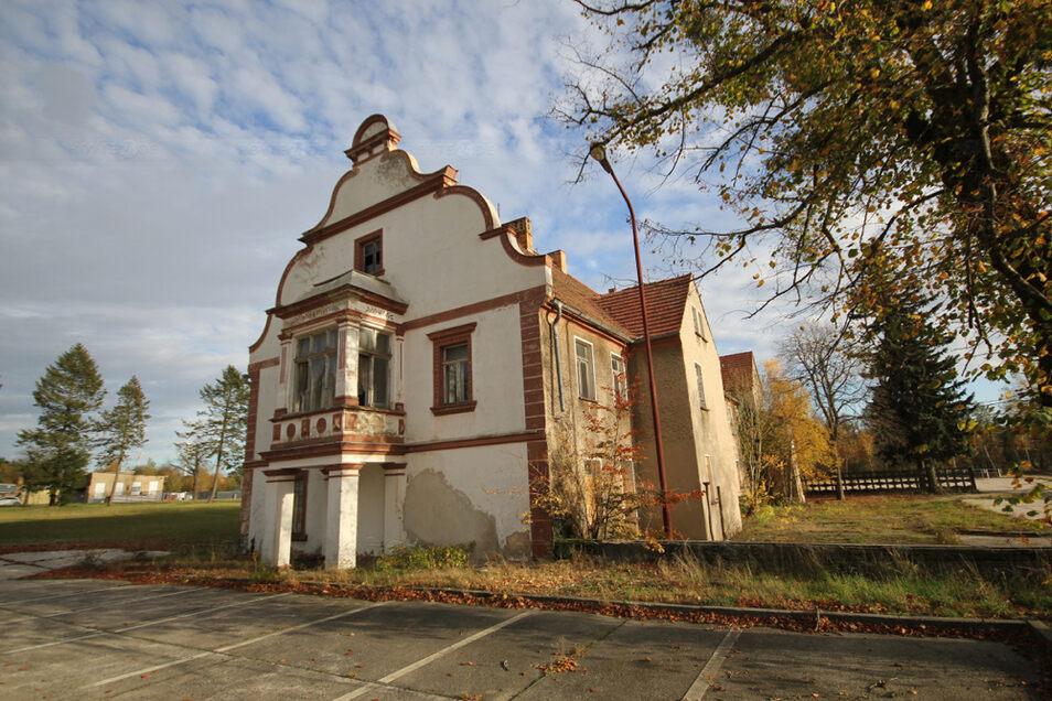 Das ehemalige Verwaltungsgebäude der Zinkweißhütte in Bernsdorf steht unter Denkmalschutz. Gesucht wird eine Nachnutzung. Und es gibt tatsächlich einen Interessenten, der sich vorstellen kann, hier Büros und einen Imbiss einzurichten.