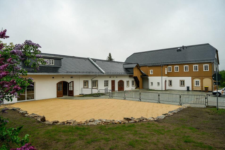 Entgegen der Planungen musste der komplette Innenhof erneuert werden. Entstanden ist hier nach Abriss eines Gebäudes ein Ort für Märkte und Dorffeste.