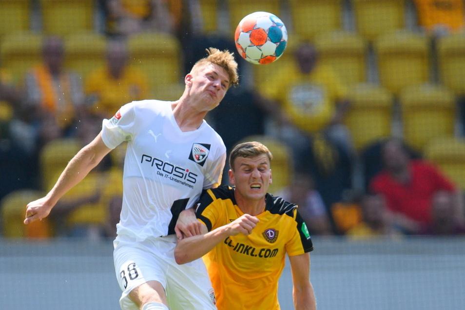 Christoph Daferner verliert gegen Ingolstadts Maximilian Neuberger das Kopfballduell.