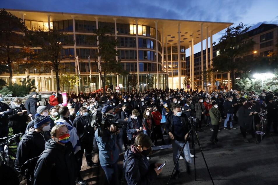 """Nach den Antisemitismus-Vorwürfen haben sich Hunderte Menschen vor dem """"Westin Hotel"""" Leipzig versammelt, um Solidarität mit dem Musiker Gil Ofarim und Jüdinnen und Juden in Deutschland zu zeigen."""