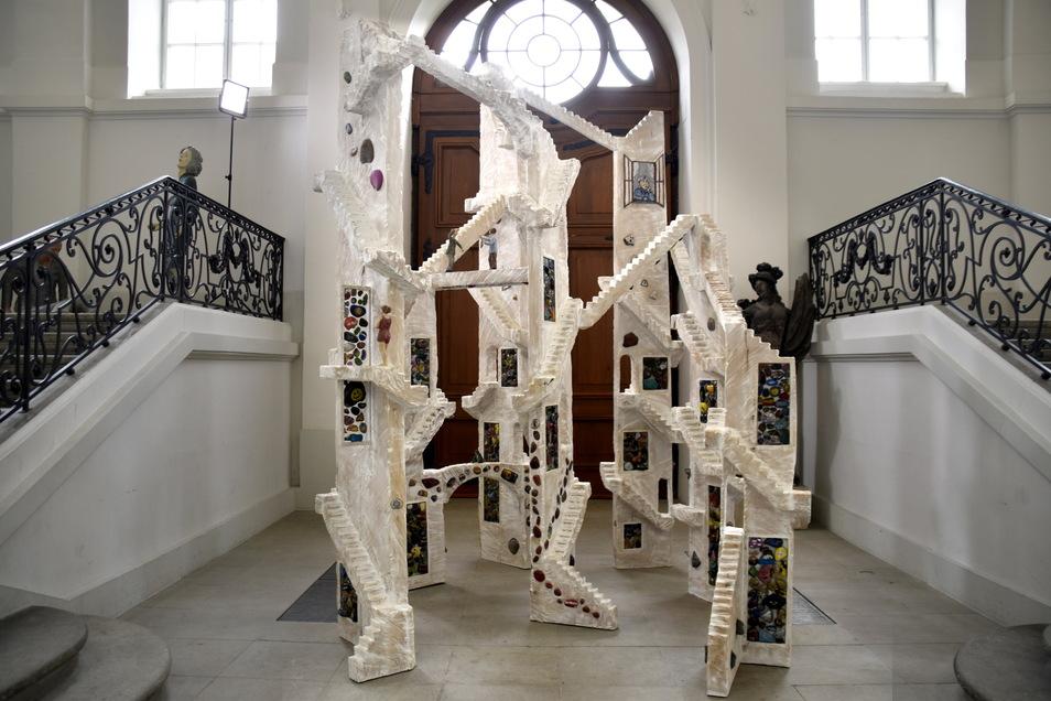 In der vier Meter hohen Skulptur sind 2.000 Schmunzelsteine und ein alter Lindenbaum verarbeitet.