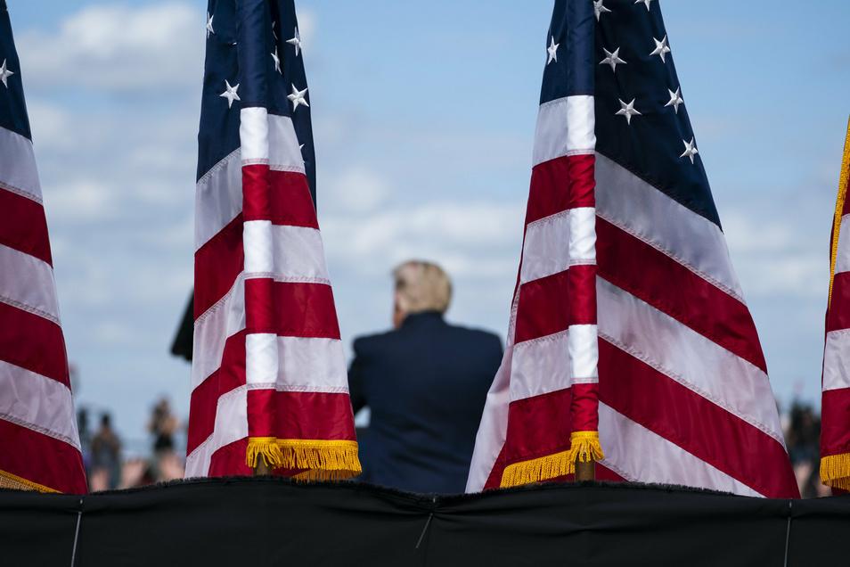 Donald Trump, Präsident der USA, spricht während einer Wahlkampfkundgebung auf dem Flughafen Pitt-Greenville.