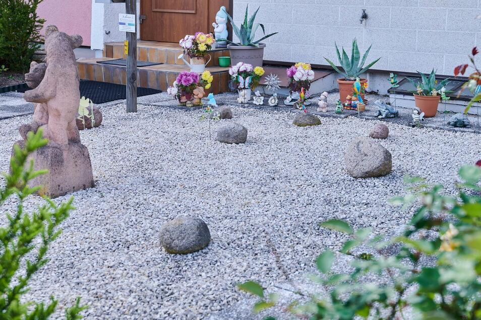 Ein Vorgarten in Berlin: Mit der Mischung aus Gestein und sparsamen Grün wirken Schottergärten ein wenig wie Landschaften entlegener Planeten.