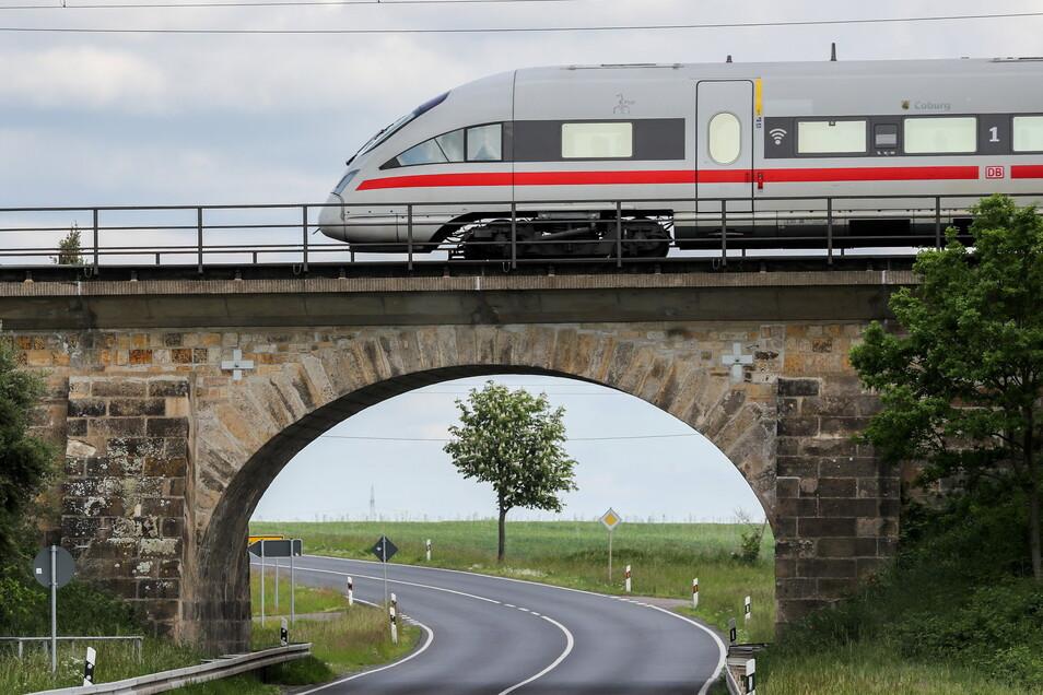Ein ICE fährt über eine Eisenbahnbrücke bei Wurzen: Bei der Bahn gilt ab Dezember ein neuer Fahrplan.