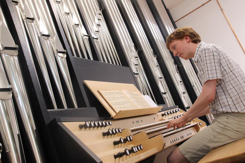 Getestet und für gut befunden hat Musikstudent Johann Friedrich Röpke die neue Orgel für die Kirchenmusik-Hochschule in Halle/Saale, die bei Orgelbau Eule in Bautzen gebaut wurde.