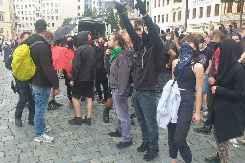 Auch auf dem Neumarkt mussten die Polizisten eingreifen, weil es zu Auseinandersetzungen zwwischen den Demo-Teilnehmern kam. Die Gegendemonstranten hatten trotz Verbots ihre Lautsprecheranlage eingeschaltet und versuchten die Pegida-Demo zu stören.