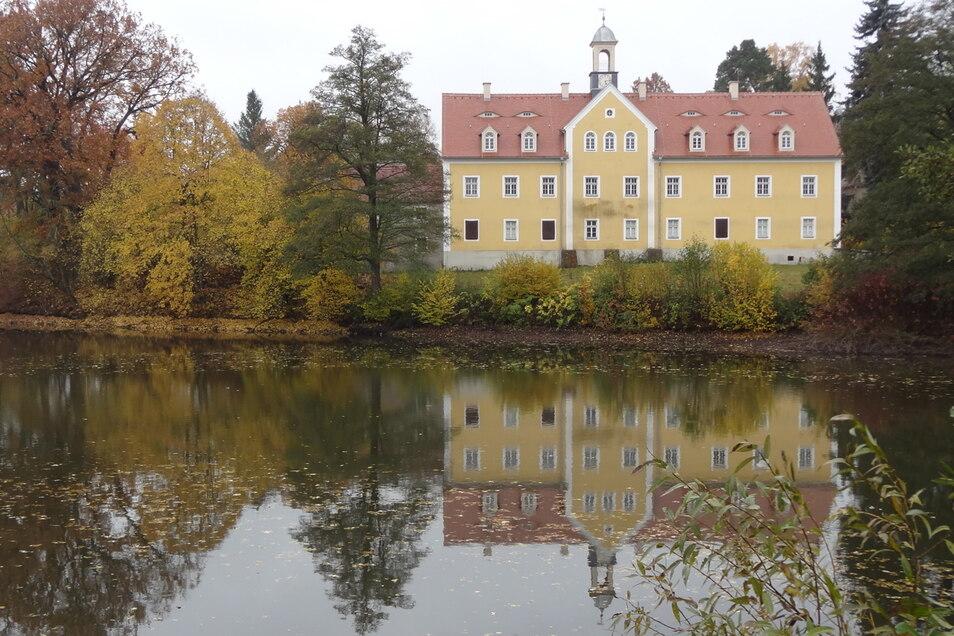 Die Evangelisch-mennonitische Freikirche Dresden führt hinter dem Schloss ein Zeltlager durch.