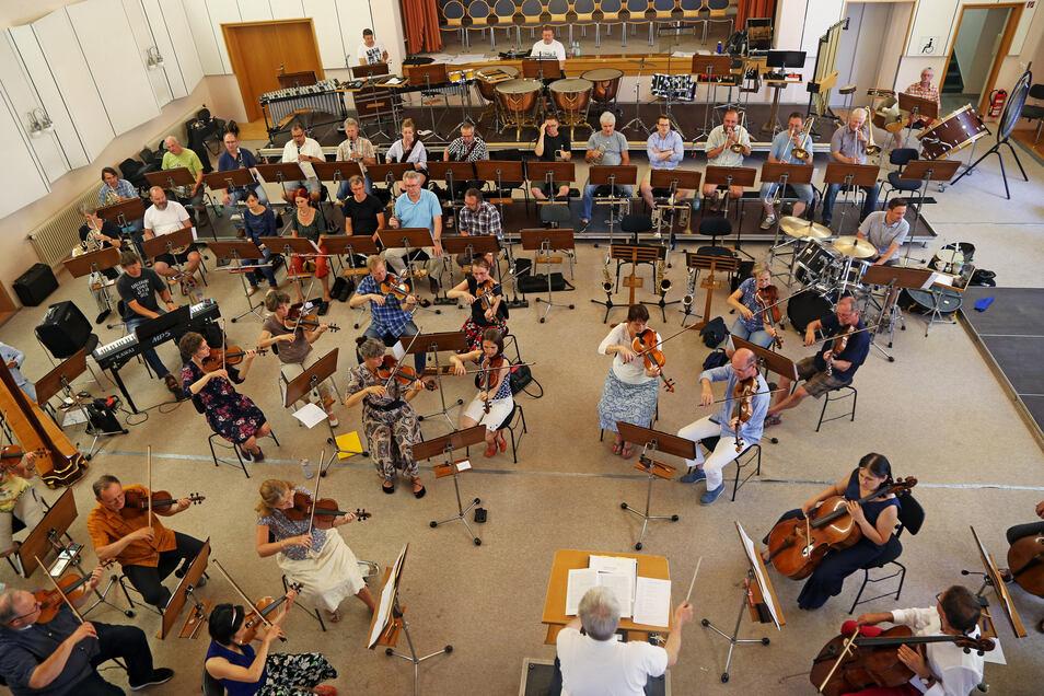 Wimmelbild mit Fagottistin (letzte Reihe, 5. von links): Mit 56 Musikern wird das Filmmusik-Konzert am Sonntag im Meißner Dom stattfinden.
