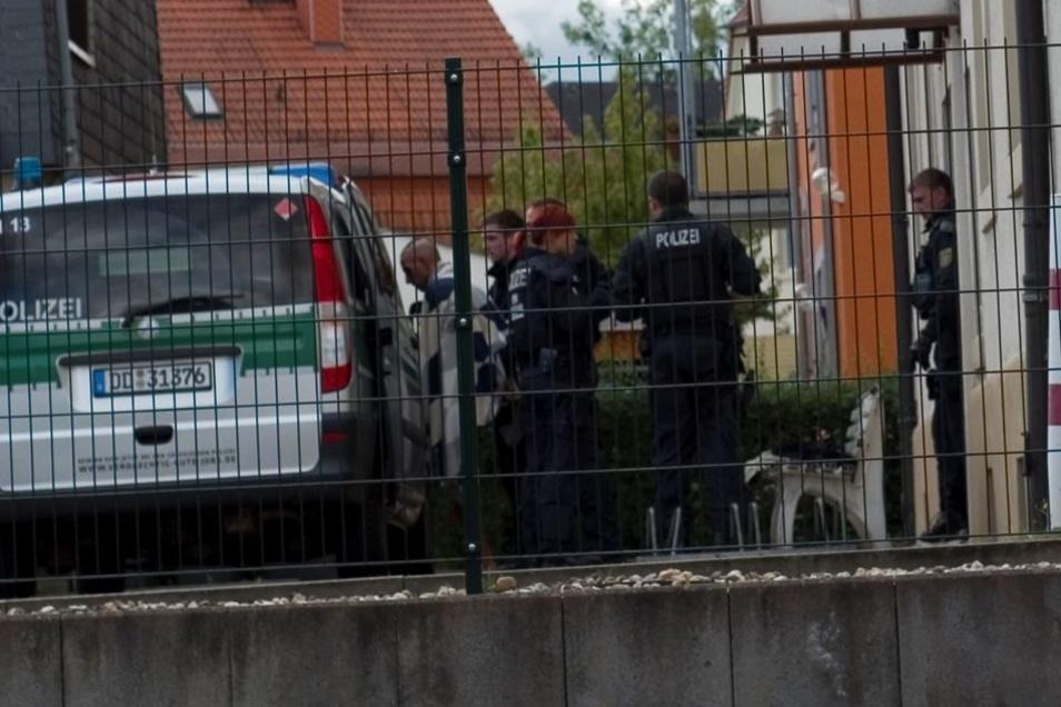 Die Beamten teils, schwer bewaffnet, sind nach Angaben eines Polizeisprechers mehrfach vor Ort am Sonntag, weil das Paar in der Wohnung heftigen Streit hat.
