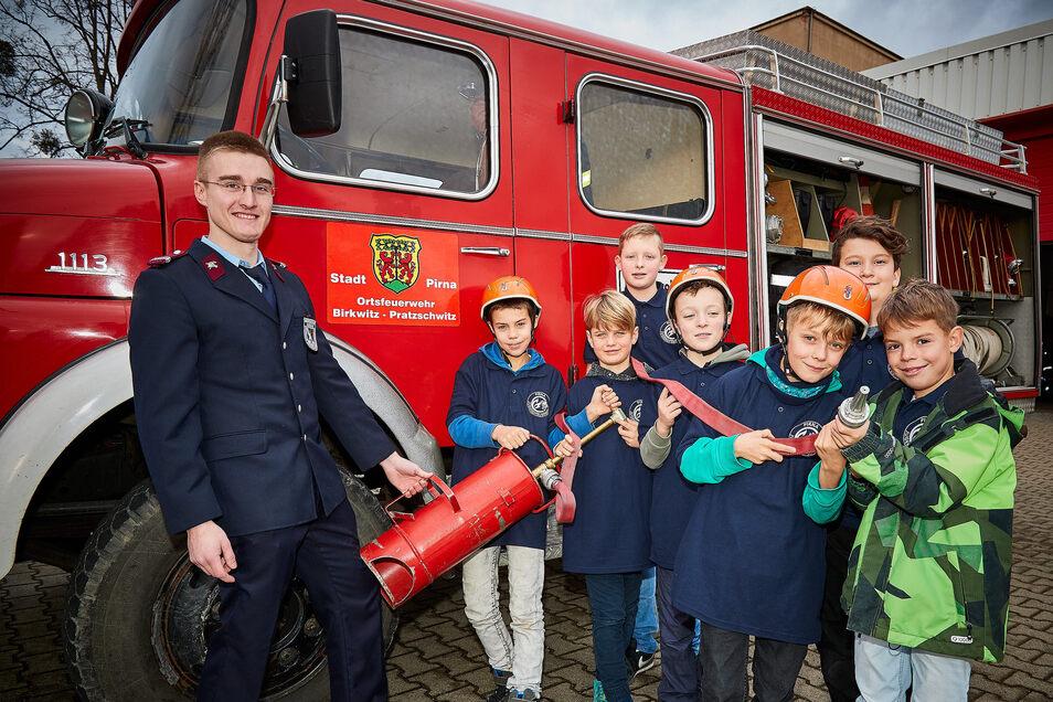 Jugendwart Marco Reimann (l.), Mitglieder der neuen Jugendfeuerwehr Birkwitz-Pratzschwitz: Es ist wichtig, den Nachwuchs zu sichern.