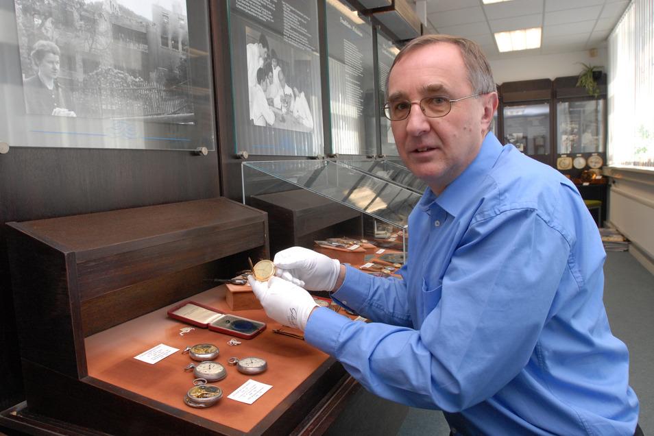 2008 zieht das Uhrenmuseum von der Emil-Lange-Straße ins sanierte Gebäude der früheren Deutschen Uhrmacherschule um. Reinhard Reichel räumt in den bisherigen Räumen die Vitrinen aus.