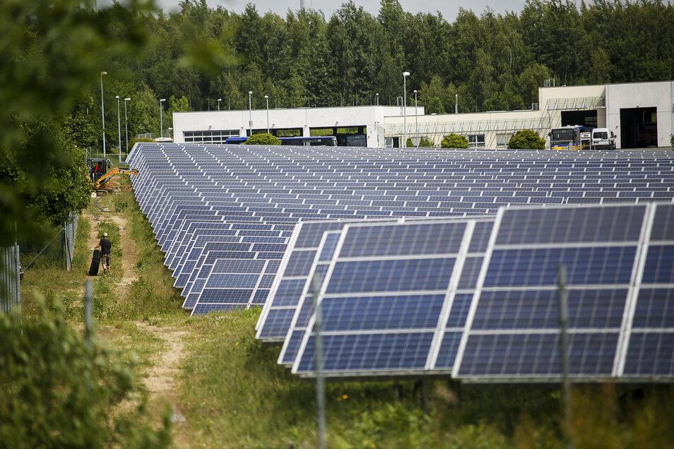 So wie hier die Solaranlage im Gewerbegebiet Ebersbach bei Klingewalde hätte es in der Nähe des Neißeparks aussehen können.