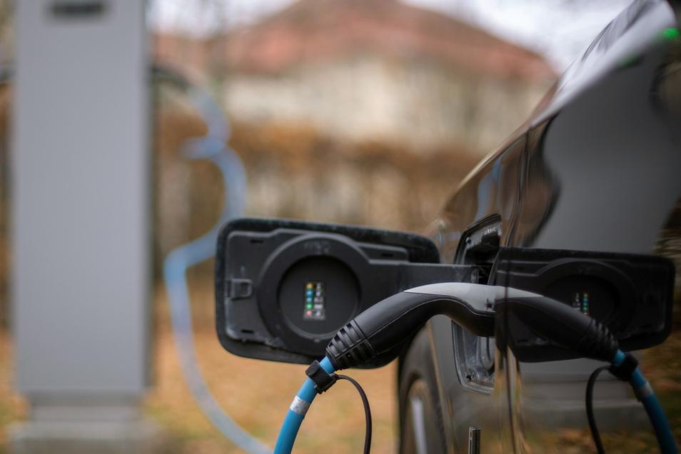 Ein Elektroauto wird an einer Ladesäule geladen. Künftig muss man an den Säulen mit Karte zahlen können.