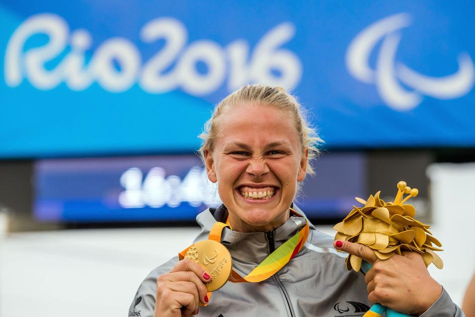 Paratriathletin Christiane Reppe, hier mit der Paralympics-Goldmedaille, die sie sich 2016 im Handbiken sicherte.