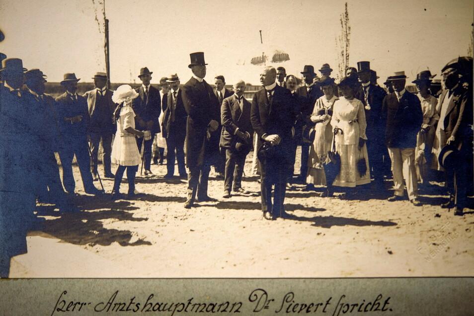 Mit Zylinder und Sonnenschirm - Amtshauptmann Dr. Sievert spricht am 22. Mai 1921 zur Baderöffnung zu den geladenen Gästen. Die Bürger durften erst nachmittags ins kühle Nass springen.
