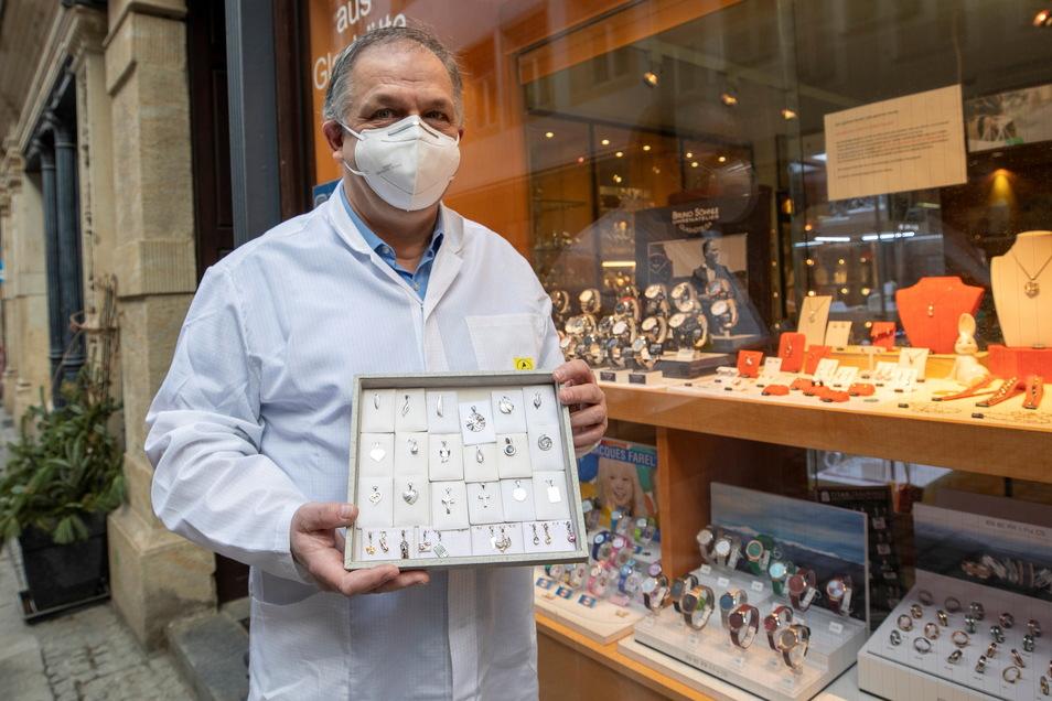 Ulf Weise steht vor seinem Uhren- und Schmuckgeschäft auf der Schuhgasse in Pirna. Er will den Laden am Montag mit dem Click & Meet - System wieder öffnen.