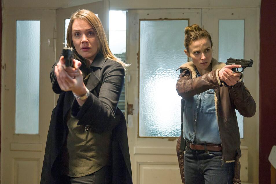 """Die Ermittlerinnen Henni Sieland (l, Alwara Höfels) und Karin Gorniak (Karin Hanczewski) in einer Szene des Tatort """"Wer jetzt allein ist""""."""