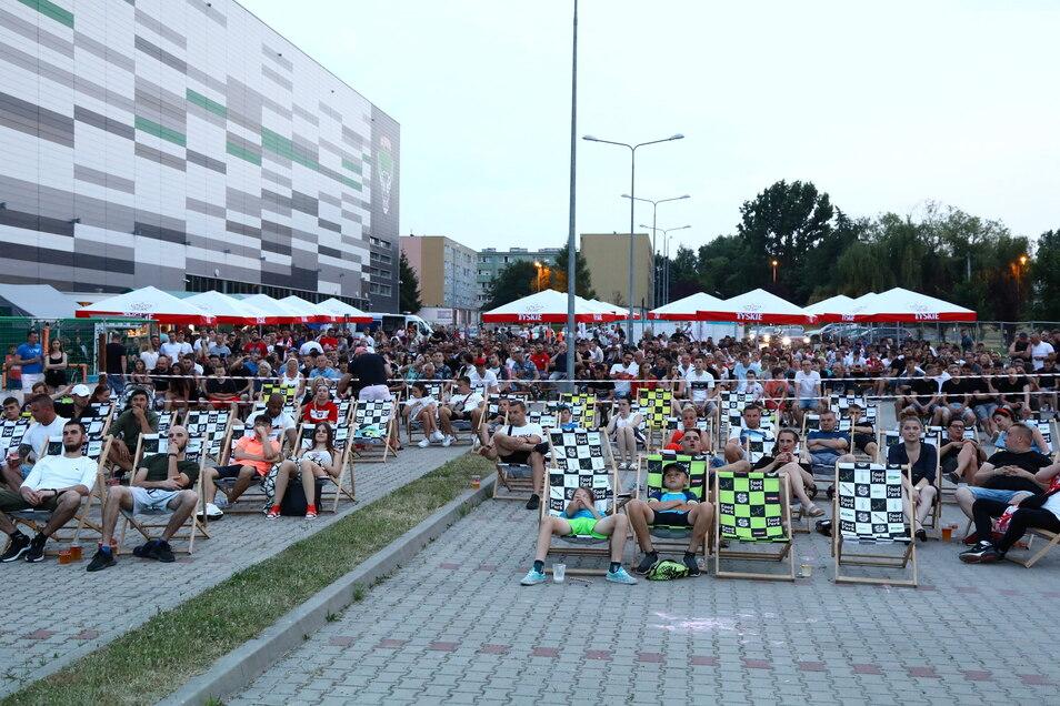 Bei der Turow-Arena schauten am Sonnabend viele Zgorzelecer das EM-Spiel Polen gegen Spanien. Veranstaltungen wie Public Viewing sind wieder möglich, anderes bleibt beschränkt.