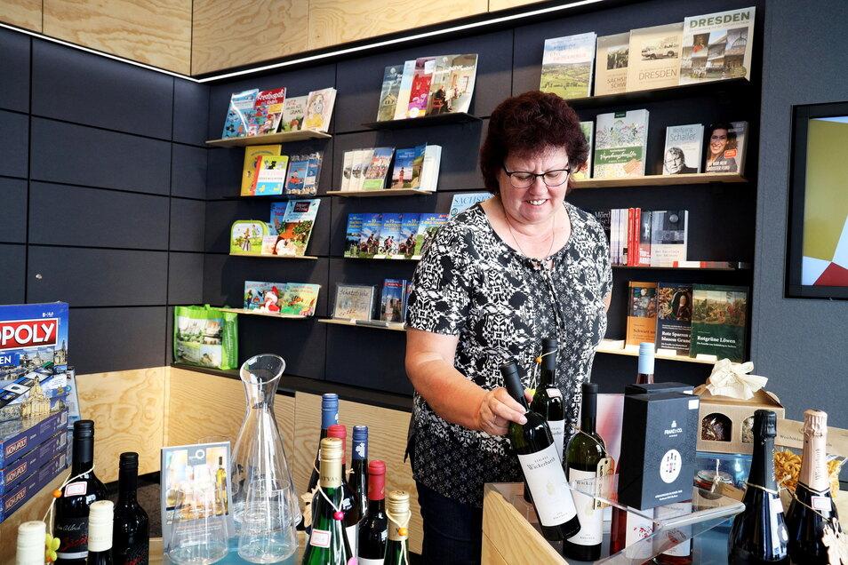 Letzte Handgriffe: Marion Lippmann sortiert Wein in den Auslagen des neuen DDV-Lokals an der Riesaer Hauptstraße.