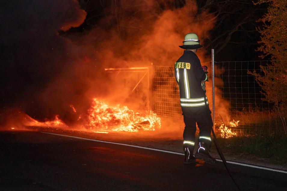 Mehrere Reifen standen in der Nacht zu Freitag in der Nähe von Kleinpraga in Flammen.