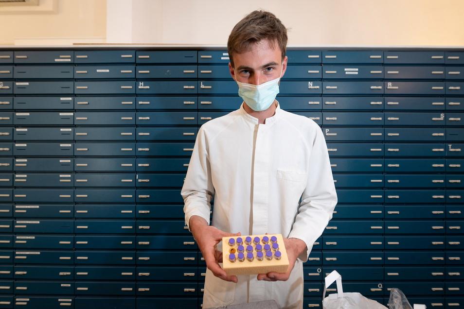 Valentin Waldleben arbeitet in der Dresdner Kronen-Apotheke von Rolf Leonhardt. Dort wird Corona-Impfstoff an knapp 20 Dresdner Arztpraxen verteilt.