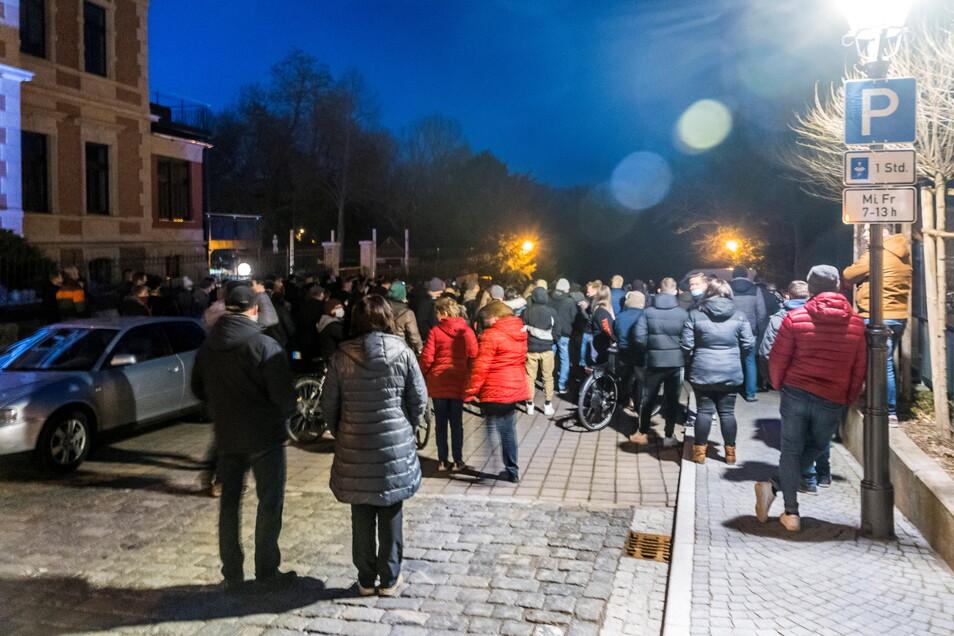 Laut Polizeiangaben waren zu der Kundgebung am Montag auf dem Riesaer Rathausplatz 170 Leute gekommen.