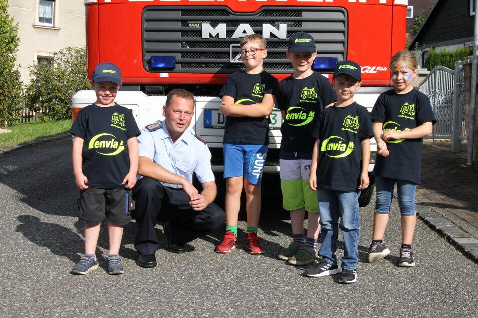 Meinsbergs Ortswehrleiter Stefan Voss mit einigen Kindern der Kinderfeuerwehr.