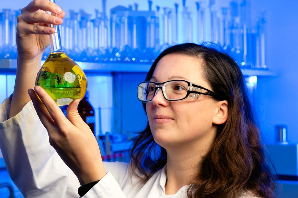 Melanie Janich, wissenschaftliche Mitarbeiterin bei der Firma CUP Laboratorien Dr. Freitag, prüft eine Flüssigkeit.