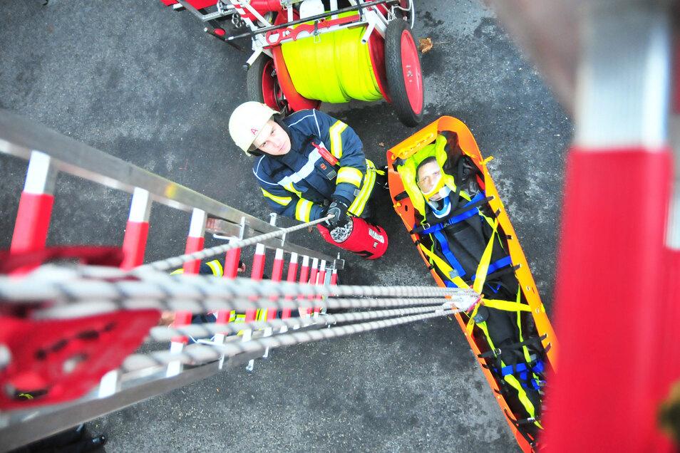 Tobias Hähne demonstriert den Flaschenzug mit Rettungstrage für Personenrettung aus Höhen und Tiefen.