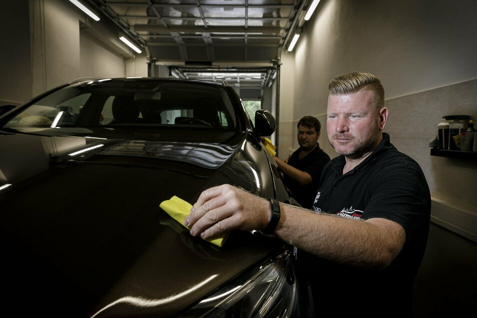 Ronny Kubik (vorn) und sein Mitarbeiter Nils Langer sind mit der Firma Autopflege Görlitz wieder auf dem Roscher-Gelände zu finden.
