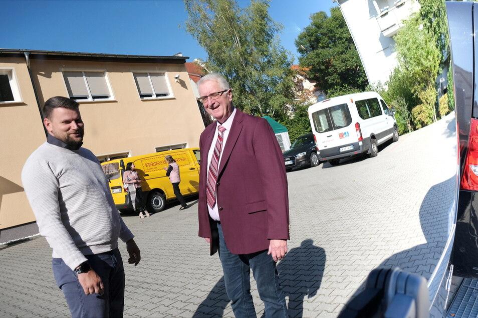 Gespiegelt in der blitzblanken Heckscheibe eines Transporters. Taxiunternehmer Andreas Herper (rechts) mit neuem Nachfolger Christian Klemm.