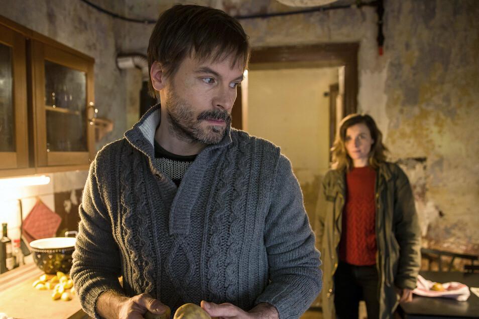 Karin Gorniak (Karin Hanczewski) spricht mit Ben Schröder (Wanja Mues) in seiner Küche.