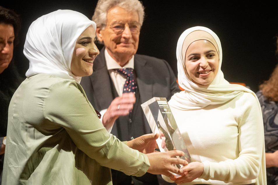 Die Syrerin Lina Abdalah (l) überreicht in der Semperoper in Dresden der Syrerin Muzoon Almellehan den 11. Internationalen Friedenspreis.