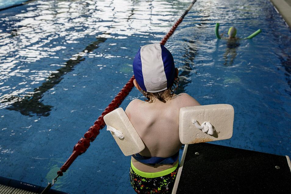 Ein Junge erlernt in einem Kurs vom SV Lok Görlitz das Schwimmen im Görlitzer Neißebad.