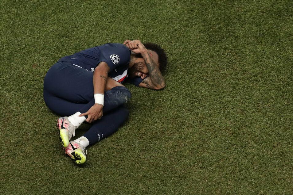 Weltstar Neymar am Boden.
